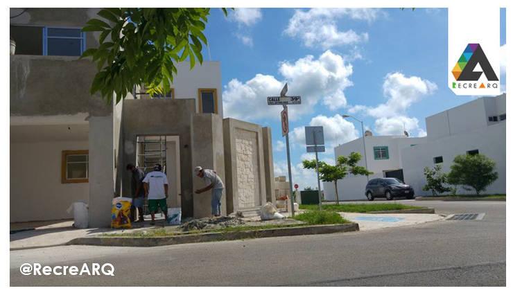 Acabado de entrada:  de estilo  por RecreARQ Construcciones