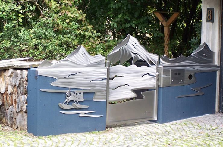 Jardin moderne par Edelstahl Atelier Crouse - individuelle Gartentore Moderne Métal