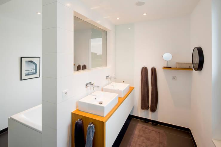 Haus HC:  Badezimmer von Ferreira   Verfürth Architekten