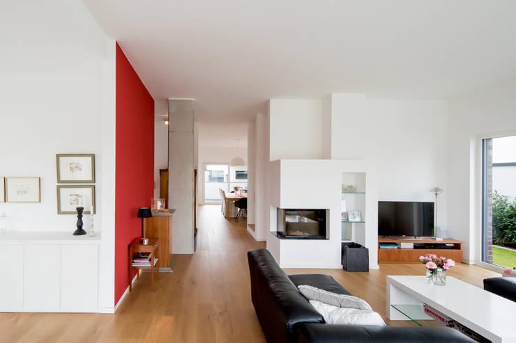 Haus HC:  Wohnzimmer von Ferreira   Verfürth Architekten