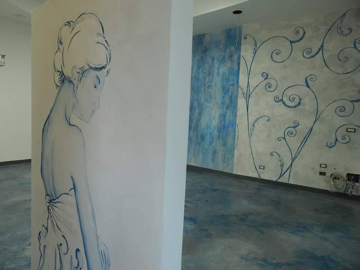 Restyling negozio abbigliamento: Pareti & Pavimenti in stile in stile Moderno di Meraki di Irene Mancini
