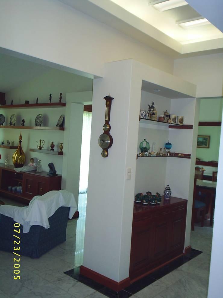 CASA WILMA : Pasillos y recibidores de estilo  por SG Huerta Arquitecto Cancun , Clásico Mármol