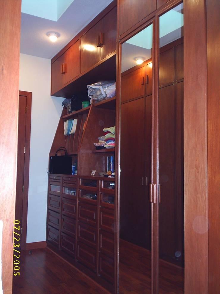 CASA WILMA : Vestidores y closets de estilo  por SG Huerta Arquitecto Cancun , Clásico Madera maciza Multicolor