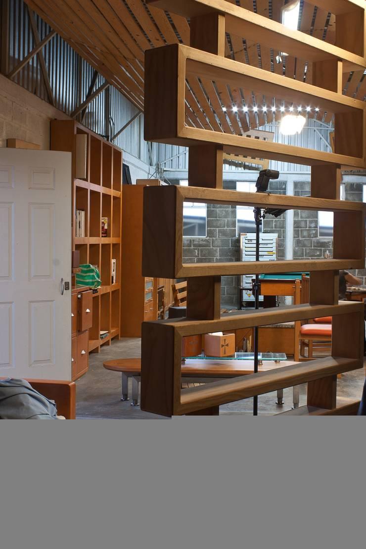 Librero de madera:  de estilo  por Stann Designs S.A de C.V., Moderno