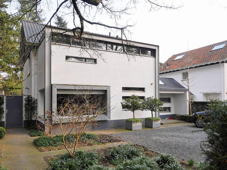 Moderne aanbouw in twee lagen:  Huizen door Erik Knippers Architect, Minimalistisch