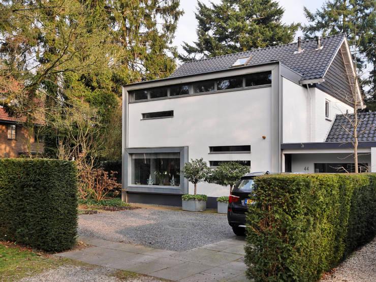 Gevels in stucwerk en zink:  Huizen door Erik Knippers Architect, Minimalistisch