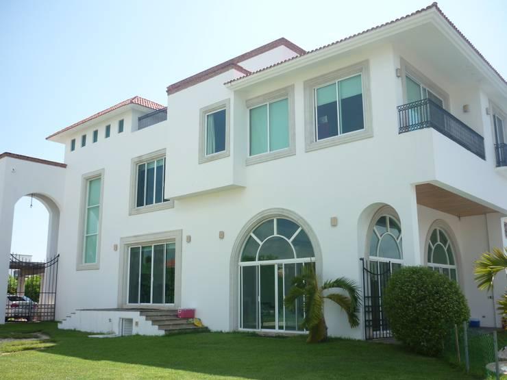 CASA JUNTO A CANAL DE NAVEGACIÓN : Casas de estilo  por SG Huerta Arquitecto Cancun , Clásico Caliza