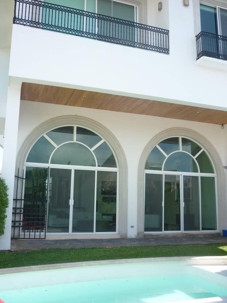 CASA JUNTO A CANAL DE NAVEGACION: Casas de estilo  por SG Huerta Arquitecto Cancun , Clásico Madera Acabado en madera