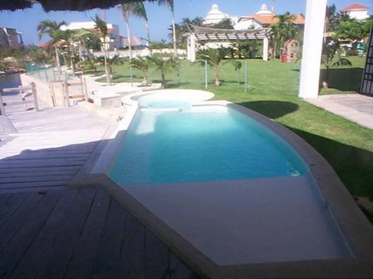 CASA JUNTO A CANAL DE NAVEGACION: Albercas de estilo  por SG Huerta Arquitecto Cancun , Tropical Concreto