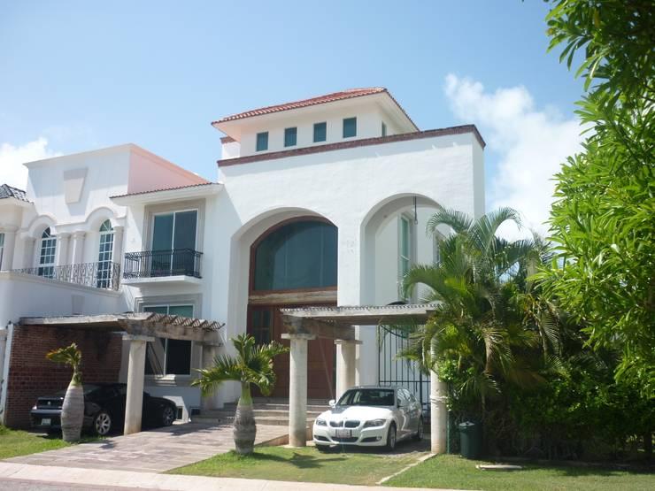 CASA JUNTO A CANAL DE NAVEGACION: Casas de estilo  por SG Huerta Arquitecto Cancun , Clásico Caliza