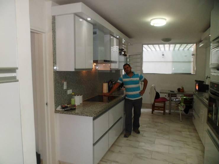 LADO IZQUIERDO: Cocina de estilo  por CARPINTERIA GUERRERO AMUNDARAIN