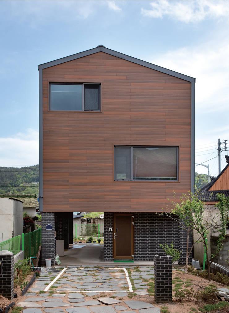 남문동주택: DESIGN LABS. 3의  주택