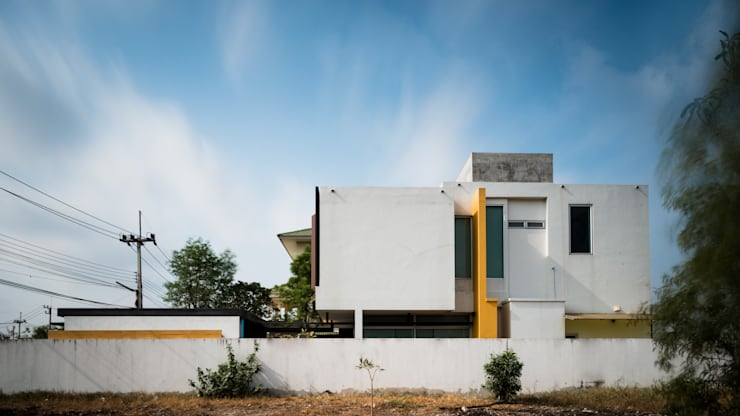 Ayutthaya House:   by archimontage design fields sophisticated
