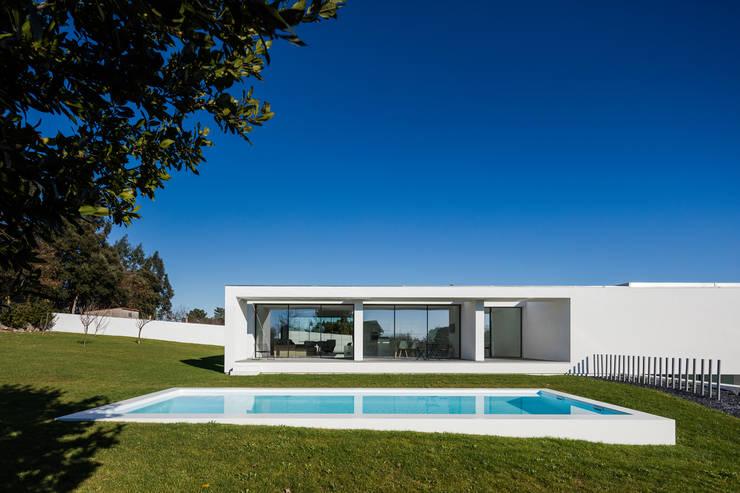 Vista do exterior - piscina: Piscinas  por Raulino Silva Arquitecto Unip. Lda,