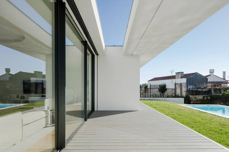 Vista do exterior - alpendre: Casas  por Raulino Silva Arquitecto Unip. Lda,