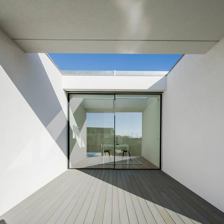 Vista do exterior - alpendre: Janelas   por Raulino Silva Arquitecto Unip. Lda,