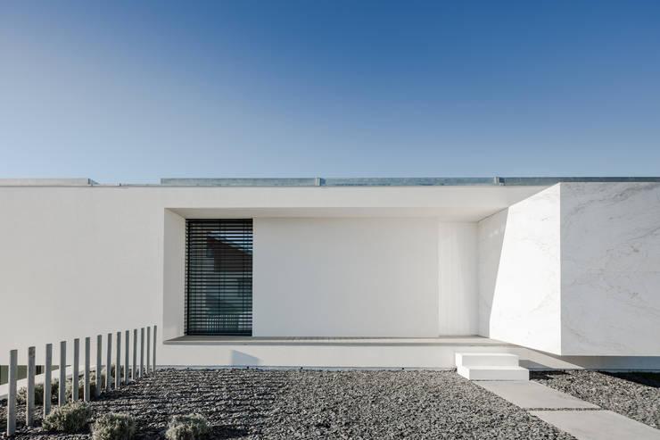 Vista do exterior - entrada: Janelas   por Raulino Silva Arquitecto Unip. Lda