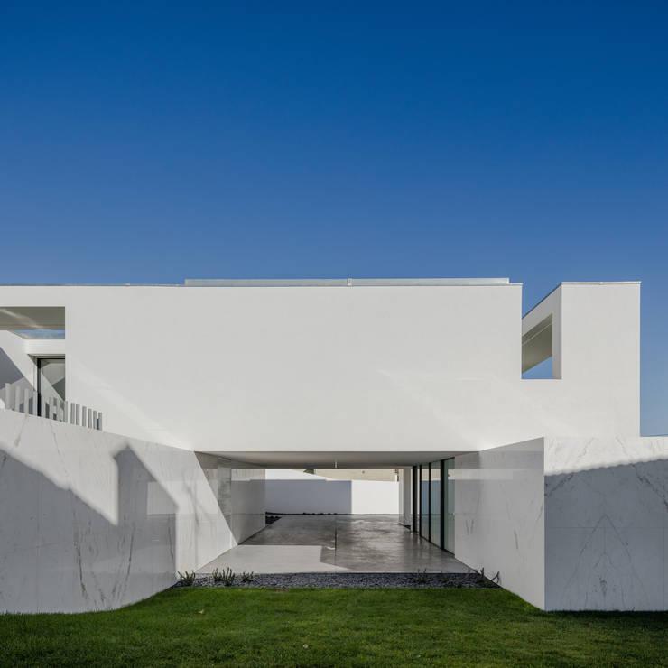 Vista do exterior - garagem: Casas  por Raulino Silva Arquitecto Unip. Lda,