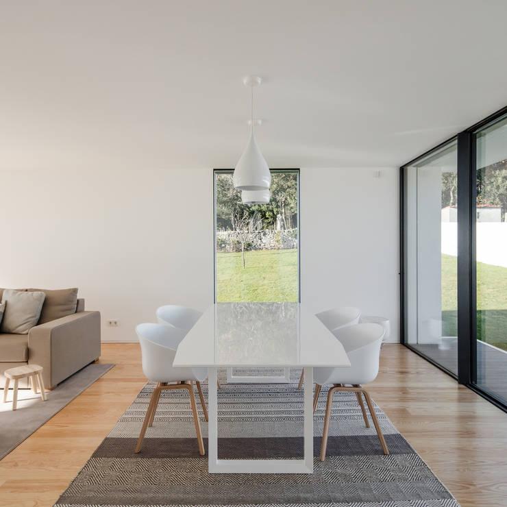Vista do interior - sala de jantar: Salas de jantar  por Raulino Silva Arquitecto Unip. Lda