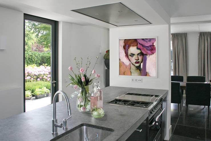 Keukeneiland verborgen voor eetkamer.:  Keuken door Doreth Eijkens   Interieur Architectuur, Industrieel