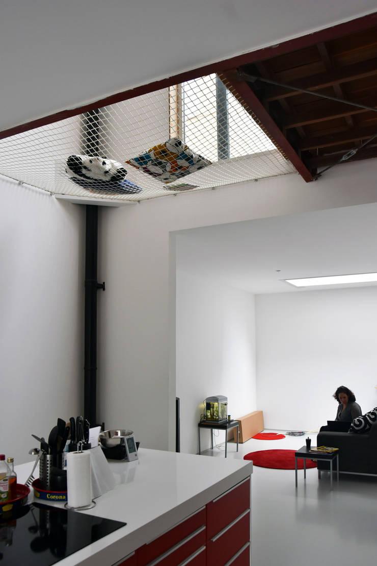 Energieneutrale woning Buiksloterham:  Woonkamer door CUBE architecten, Modern