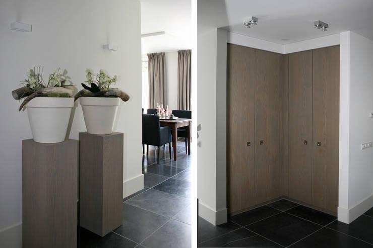 Zichtlijn naar de eetkamer.:  Woonkamer door Doreth Eijkens   Interieur Architectuur, Modern