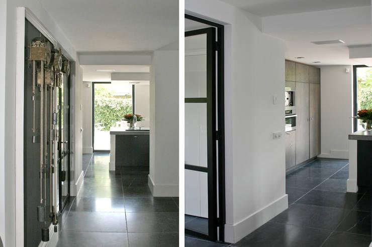 Zicht op de keuken en tuin.:  Keuken door Doreth Eijkens   Interieur Architectuur, Industrieel
