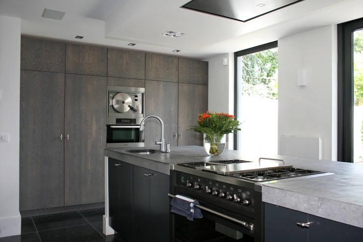 Stoer keukeneiland.:  Keuken door Doreth Eijkens   Interieur Architectuur, Industrieel