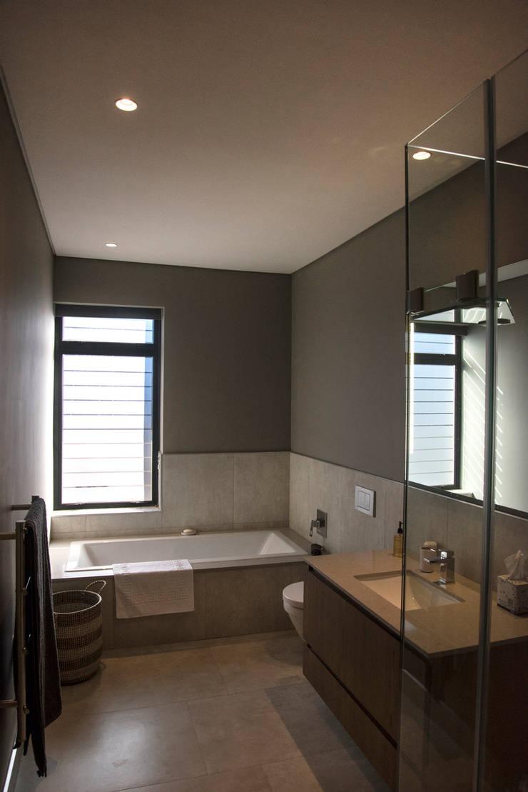 Bathroom:  Bathroom by Tim Ziehl Architects, Country