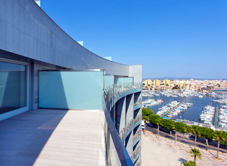 Luxury Apartment Building Marina Plaza, Portixol:  Patios & Decks by Tono Vila Architecture & Design