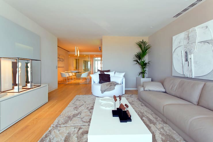 Luxury Apartment Building Marina Plaza, Portixol:  Living room by Tono Vila Architecture & Design