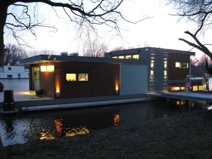 drijvende woning Amsteldijk 02:  Huizen door aquatecture, Modern