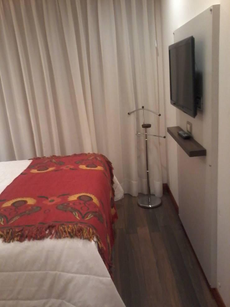 Detalle de la placa tv y perchero: Dormitorios de estilo  por D&C Interiores,