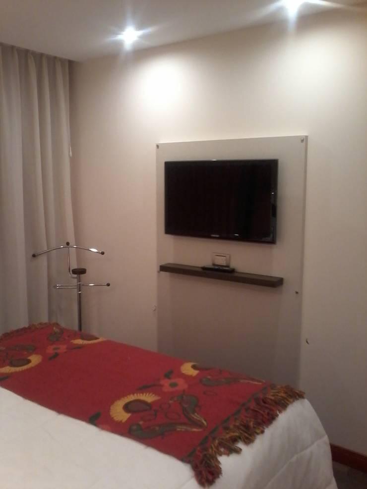 Detalle  del pie de cama y la placa tv en melamina lino claro con repisa lustrada.: Dormitorios de estilo  por D&C Interiores,