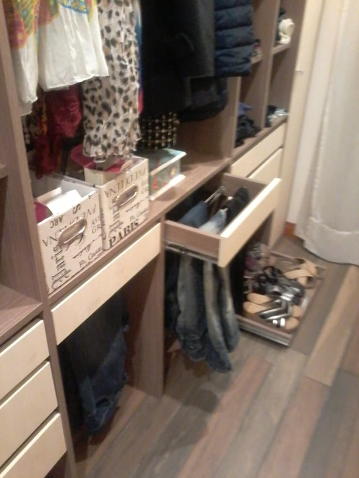 Detalle de los accesorios pantaloneros y botineros a medida.: Vestidores y placares de estilo  por D&C Interiores,