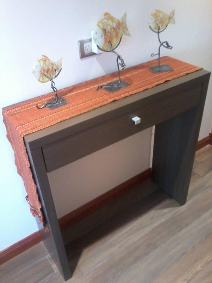 Detalle de la consola en madera lustrada a medida, ubicada en el hall distribuidor.: Pasillos y recibidores de estilo  por D&C Interiores,