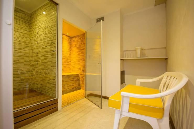 Sala de hidroterapia, con sauna húmedo, seco y ducha escocesa.: Hoteles de estilo  por D&C Interiores,