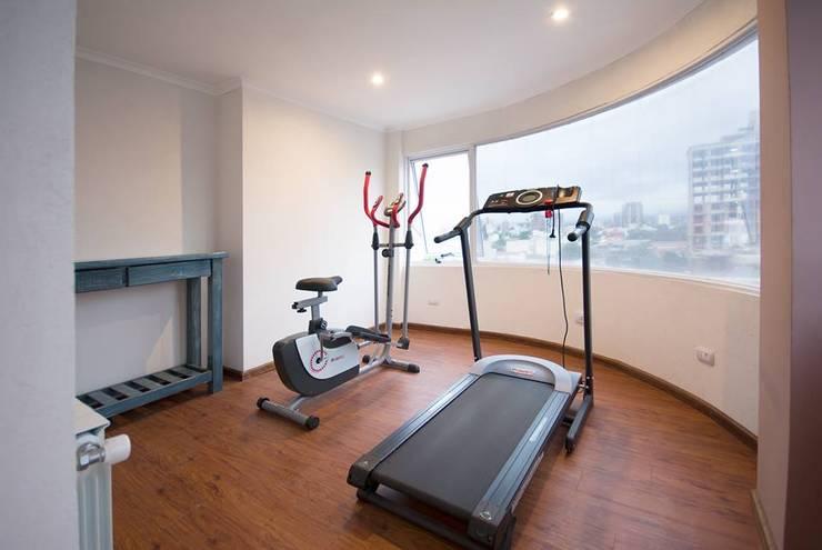 Vista del mini gym panorámico.: Hoteles de estilo  por D&C Interiores,