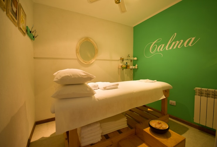 Vista de la sala de masajes y tratamientos corporales.: Hoteles de estilo  por D&C Interiores,