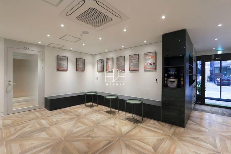 화이트톤의 밝고 세련된 느낌의 면역공방 광명점 인테리어: 홍예디자인의  복도 & 현관