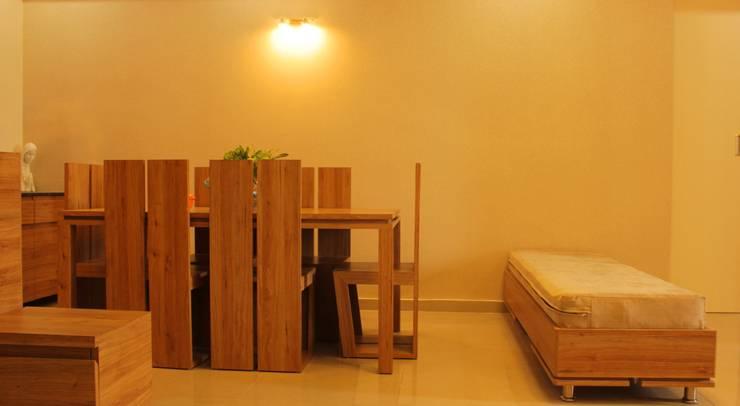 Mr. Jitendra Pathak:  Dining room by GREEN HAT STUDIO PVT LTD
