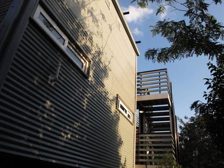 Exterior cladding:  Houses by A4AC Architects, Modern Aluminium/Zinc