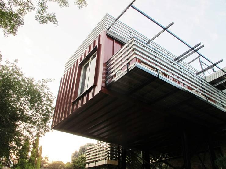 Cantilever :  Houses by A4AC Architects, Modern Aluminium/Zinc