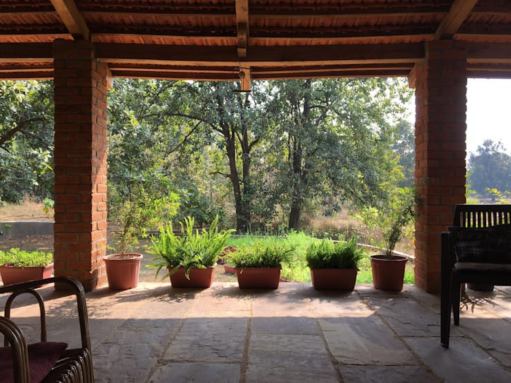 Homestay in Kanha National park, Madhya Pradesh:  Corridor & hallway by M+P Architects Collaborative
