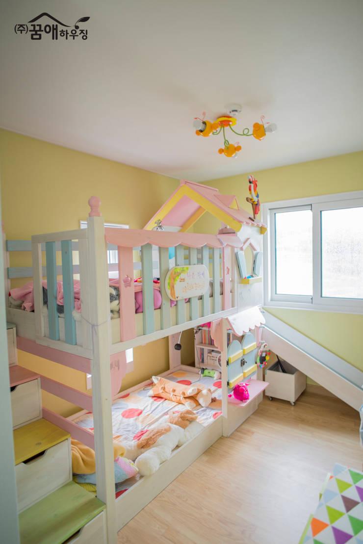 웅장함이 느껴지는 목조주택 : 꿈애하우징의  아이방