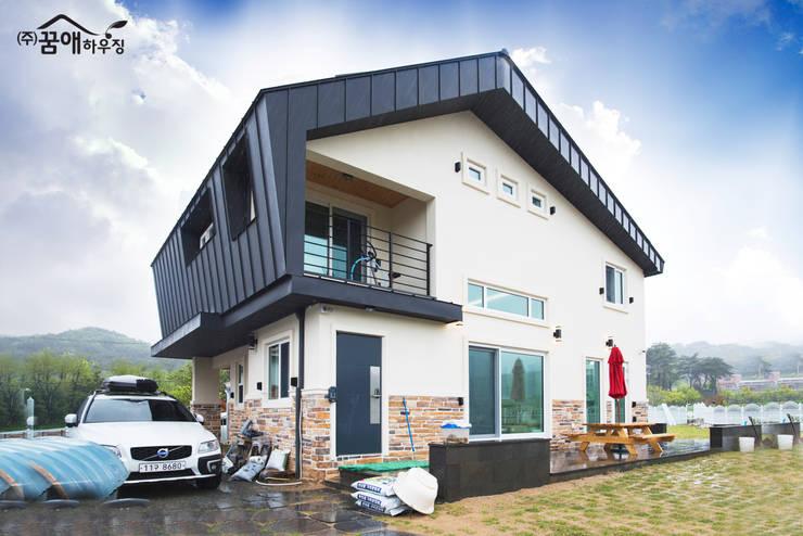웅장함이 느껴지는 목조주택 : 꿈애하우징의  주택