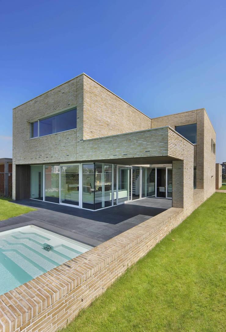 villa N:  Huizen door VAN ROOIJEN ARCHITECTEN