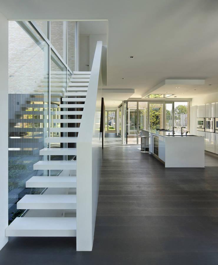 villa N:  Keuken door VAN ROOIJEN ARCHITECTEN