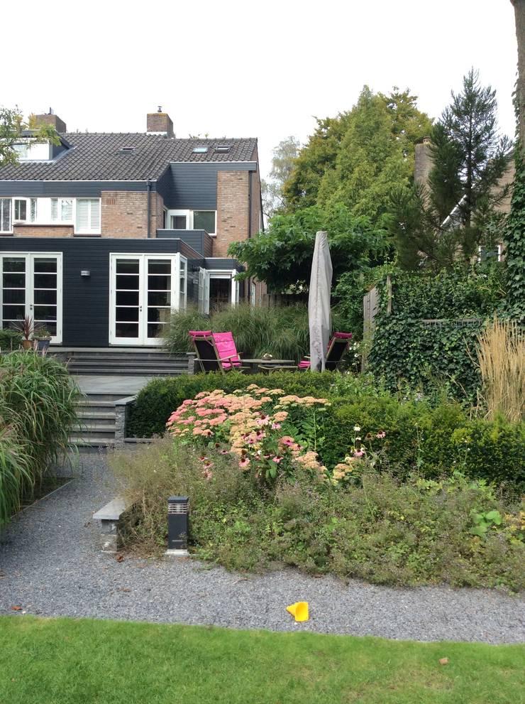 Vergroten woonhuis door aanbouw aan de zij- en achtergevel:  Huizen door Studio Inside Out