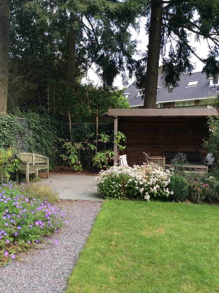 Tuin met overkapping :  Tuin door Studio Inside Out